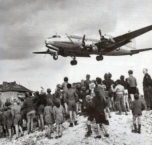 Luftbrücke - Ein sogenannter Rosinenbomber im Anflug auf Berlin - Aufnahme: USAF = Public Domain